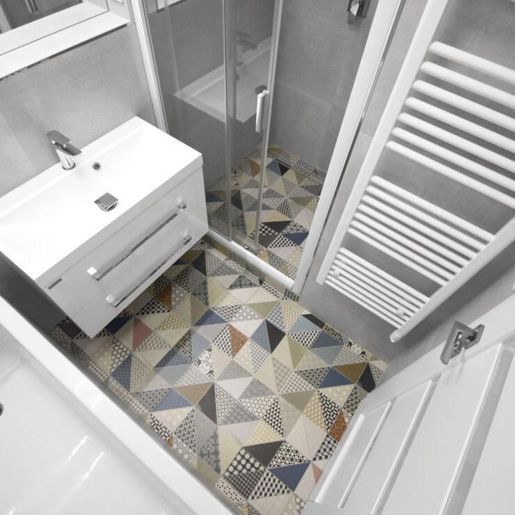 Koupelna s mozaikovou podlahou