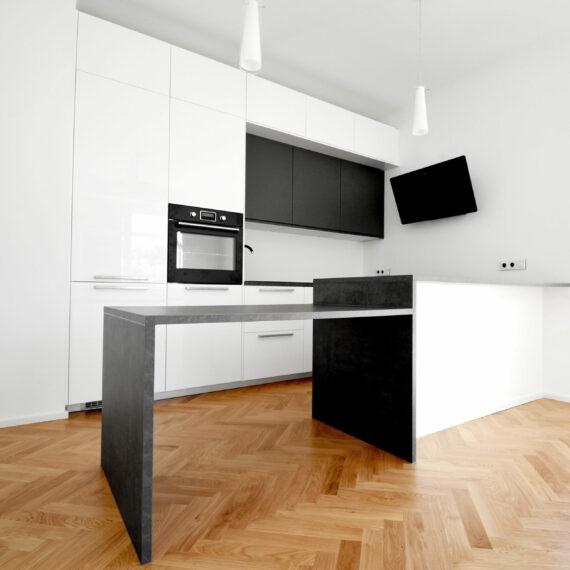 Kuchyně s dřevěnou podlahou